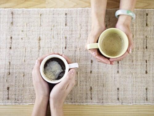 Duas-pessoas-tomando-uma-xícara-de-café