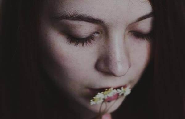 menina-com-flores-na-boca