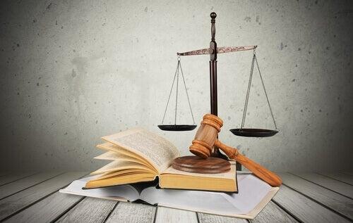 Livro-martelo-de-juiz-simbolos-da-justiça