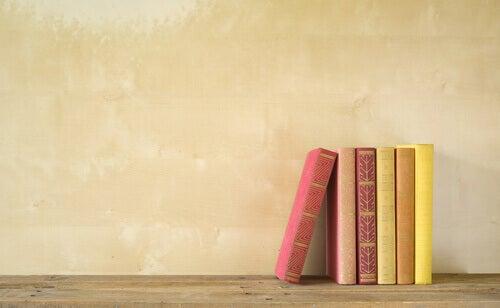 Livros-ordenados-em-uma-mesa
