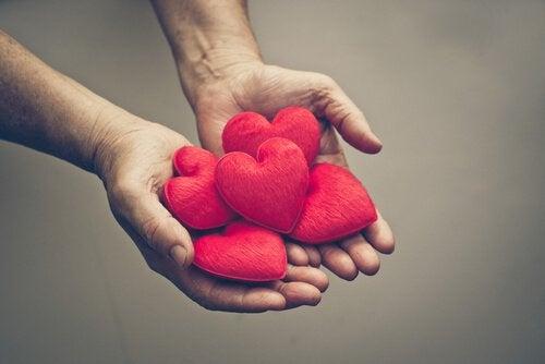 Mão oferecendo corações