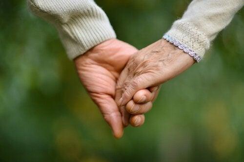 Mãos-de-duas-pessoas-idosas-agarradas