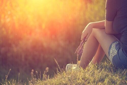 mulher-pensando-ao-ar-livre