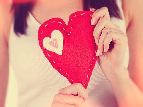 mulher-segurando-coração