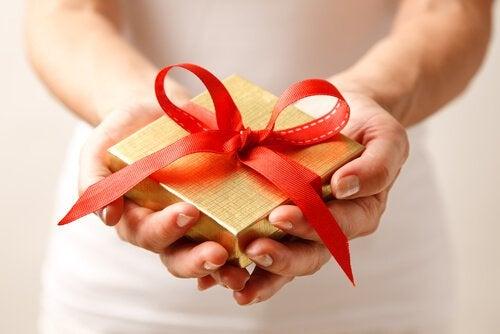 Mulher dando um presente