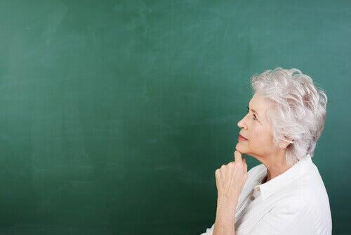 Mulher-idosa-pensando-em-envelhecer
