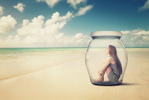 Mulher-introvertida-no-interior-de-um-frasco-de-vidro