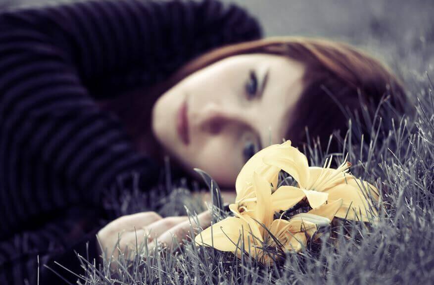 Mulher-triste-deitada-no-chão-sem-vontade-de-avançar
