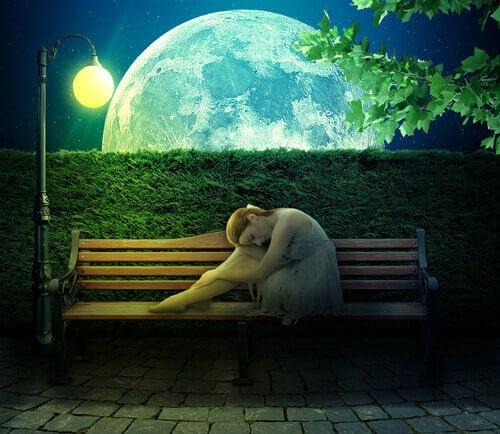 Pessoa-introvertida-em-um-banco-a-luz-da-lua