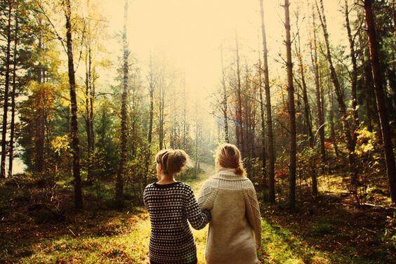 amigas-passeando-por-floresta