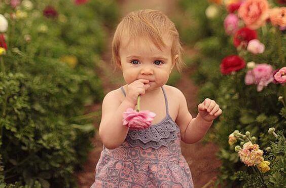bebê-com-flores