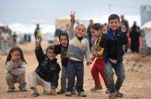 Crianças refugiadas: corações feridos em busca de esperança