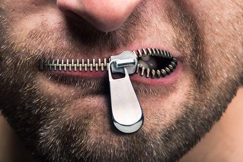 fechar-boca-evitar-discórdia