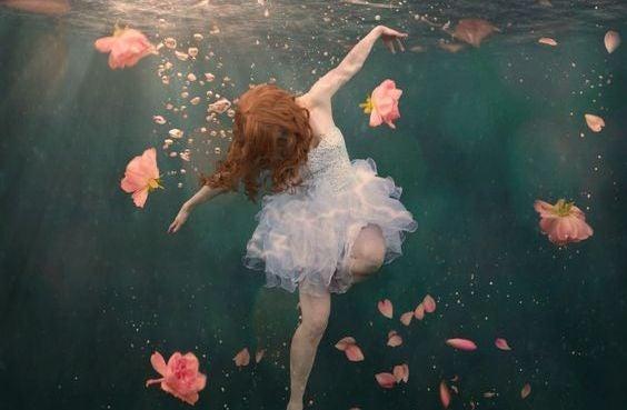 flores-agua-menina