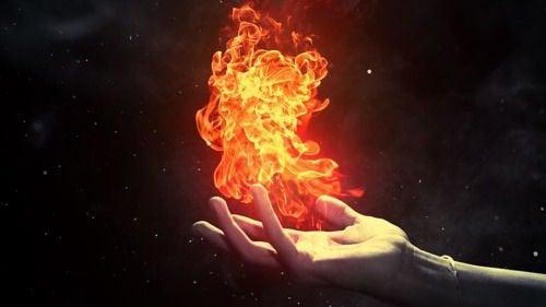 mão-com-fogo