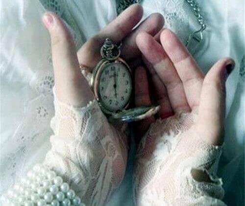 maõs-con-relógio-marcando-o-presente
