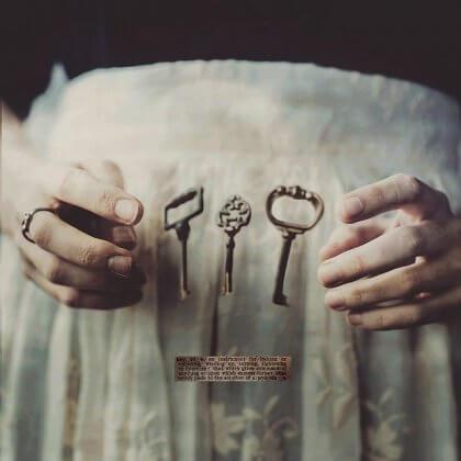 maos-levitando-chaves