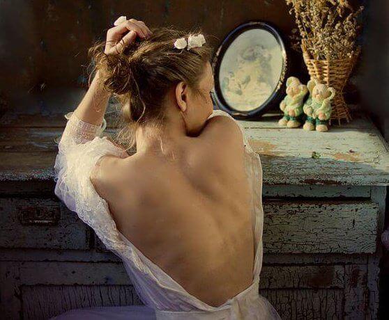 mulher-com-costas-descobertas