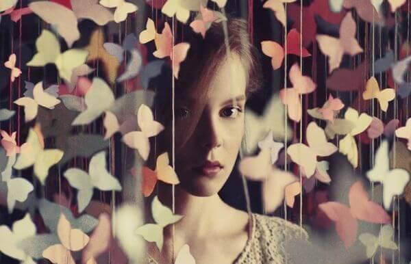 mulher-em-uma-cortina-de-borboletas