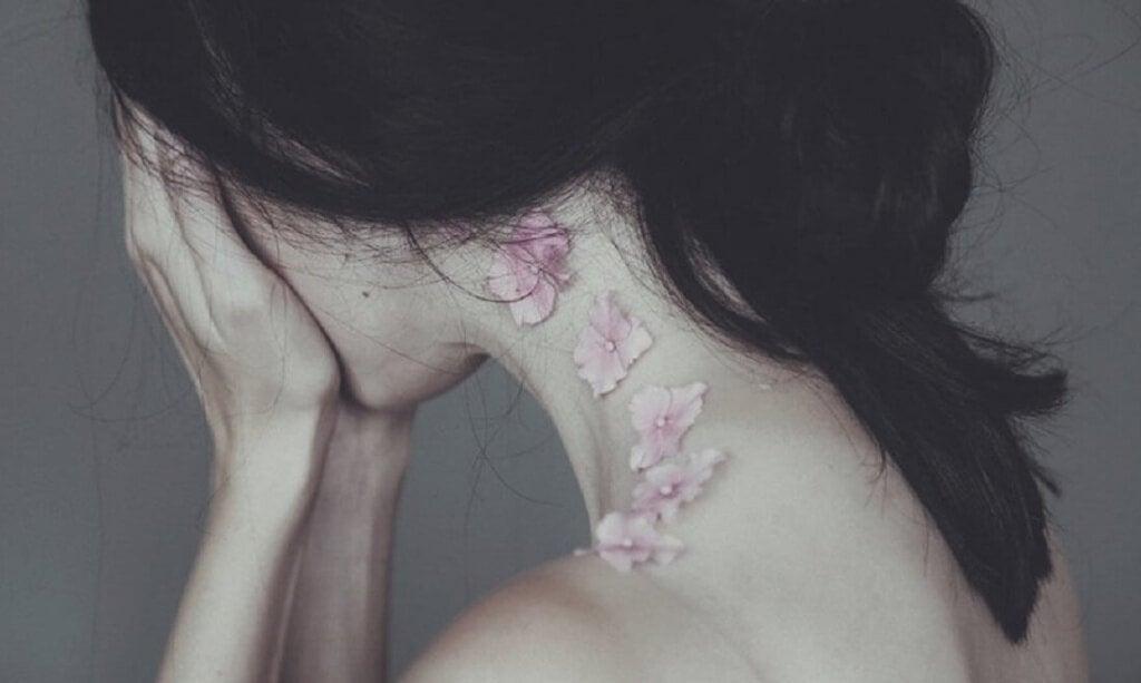 mulher-com-pescoço-de-flores