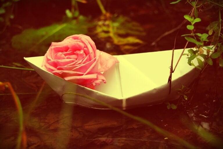 barco-de-papel-com-rosa