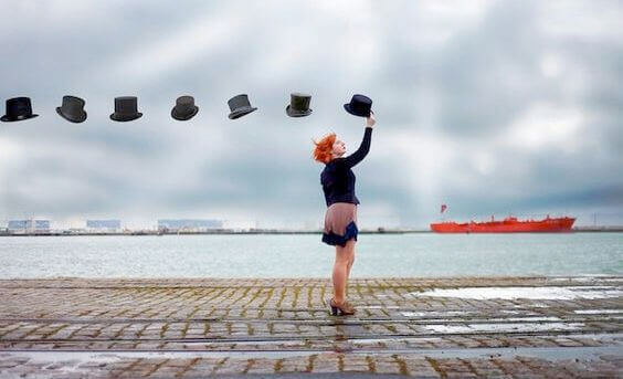 mulher-chapeus-flutuando