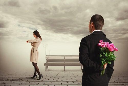 Quando ele chega traz cheiro de flor e olhos de saudade