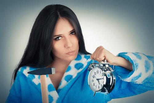 mulher-quebrando-despertador