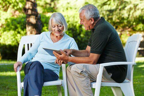 Casal idoso aprendendo com um tablet