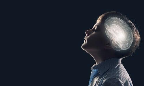 Criança com o cérebro iluminado