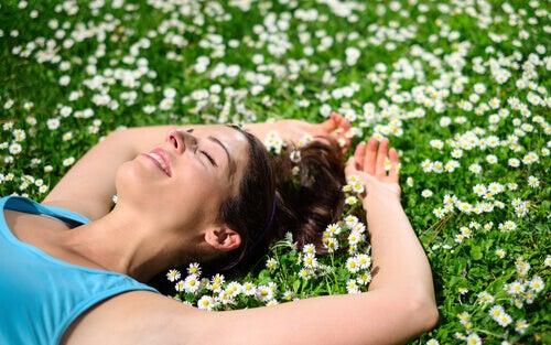 alegria-de-mulher-deitada-com-flores