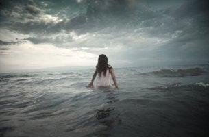 Mulher superando seu medo do mar
