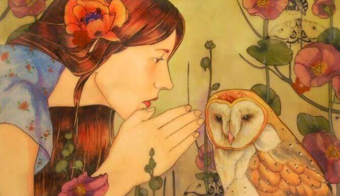 Mulher diante de uma coruja