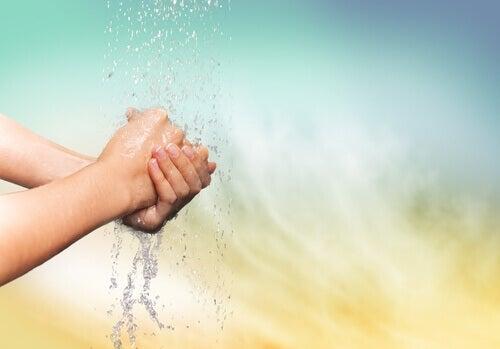Mulher lavando as mãos