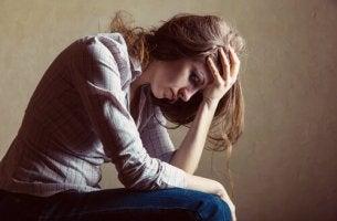 Mulher com medo de sofrer