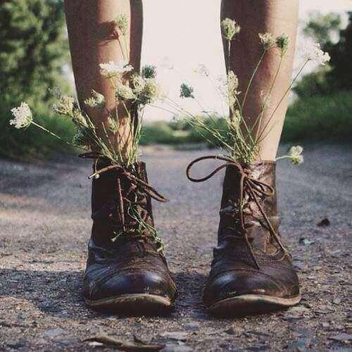 Pernas-de-uma-pessoa-com-sapatos-que-tem-plantas