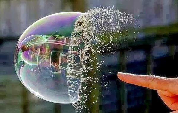 bolha-sendo-furada-por-um-dedo-representando-dor-emocional