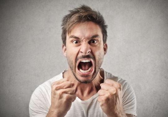 Homem enfrentando frustração