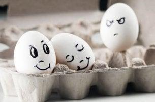 Ovos representando pessoa invejosa