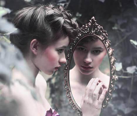 jovem-se-olhando-num-espelho
