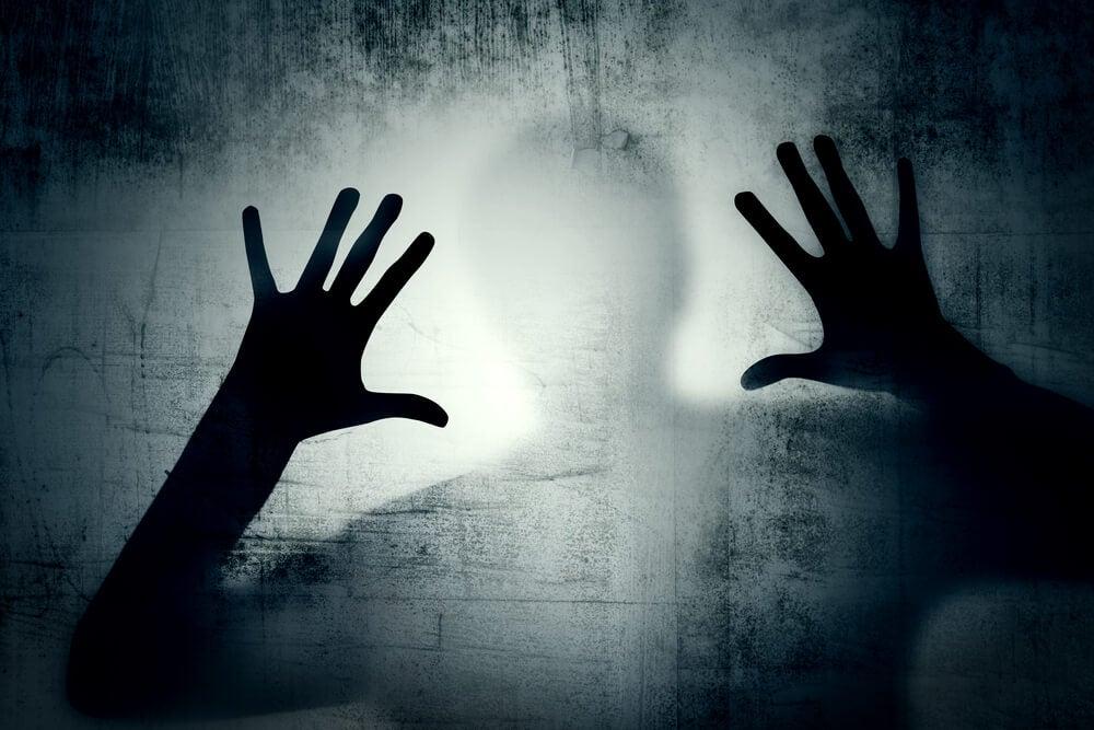 mãos-no-vidro-ansiedade