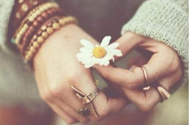 mãos-com-flor
