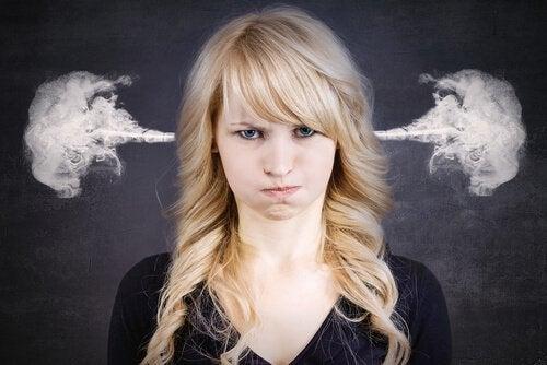 mulher-com-raiva-a-ponto-de-explodir