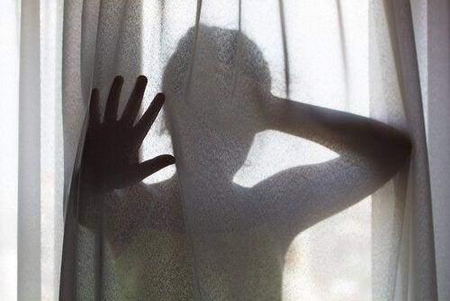 mulher-atrás-da-cortina-enfrentando-dor-emocional