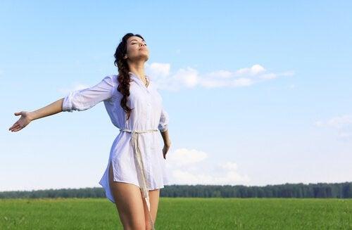 mulher-braços-abertos-libertando-se-do-passado