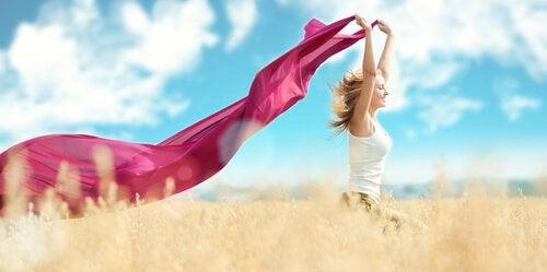 Mulher que abraçou o minimalismo
