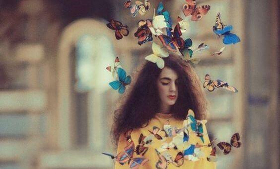 mulher-rodeada-por-borboletas-escapando-das-rotinas