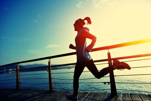 mulher-superando-emoções-dolorosas-pelo-esporte