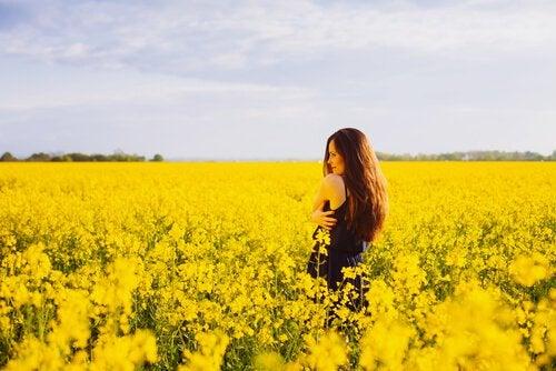 mulher_campo_flores