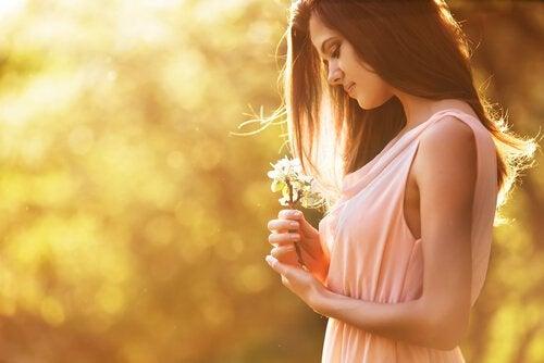 mulher_olhando_flores-quando-tudo-vai-mal